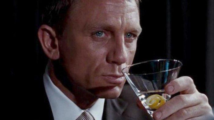 James Bond diperankan Daniel Craig menikmati martini-nya