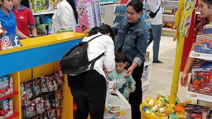 Jan Ethes Srinarendra saat dibelikan mainan bersama Iriana Jokowi di Kidz Station The Park Mall Solo Baru, Jalan Ir Soekarno, Kabupaten Sukoharjo, Rabu (1/5/2019).