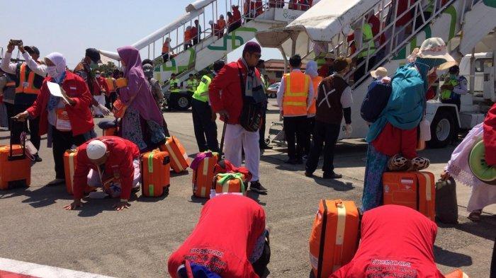 Sujud Syukur Warnai Kepulangan Jemaah Haji Kloter Pertama Debarkasi Solo di Bandara Adi Soemarmo
