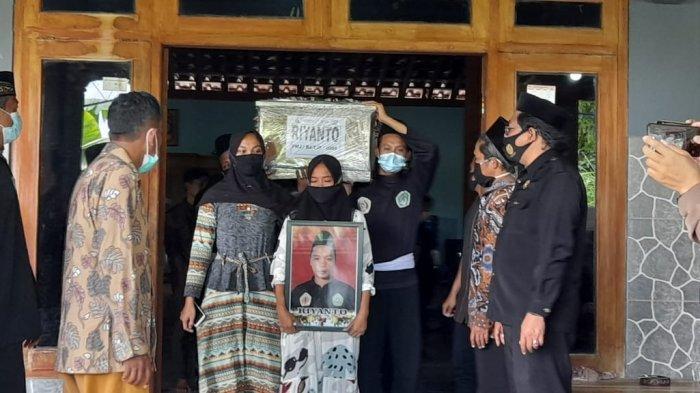 Jenazah kakak adik asal Desa Katelan, Kecamatan Tangen, Kabupaten Sragen korban kecelakaan pesawat Sriwijaya SJ182 dimakamkan di lokasi yang sama, Minggu (31/1/2021).