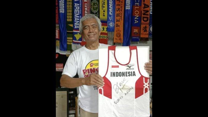 Mayor Haristanto, menunjukkan jersey Suryo Agung Wibowo.