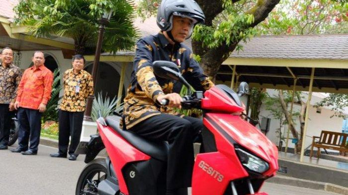 Presiden Joko Widodo menjajal motor listrik Gesits di Istana Kepresidenan, Jakarta, Rabu (7/11/2018).