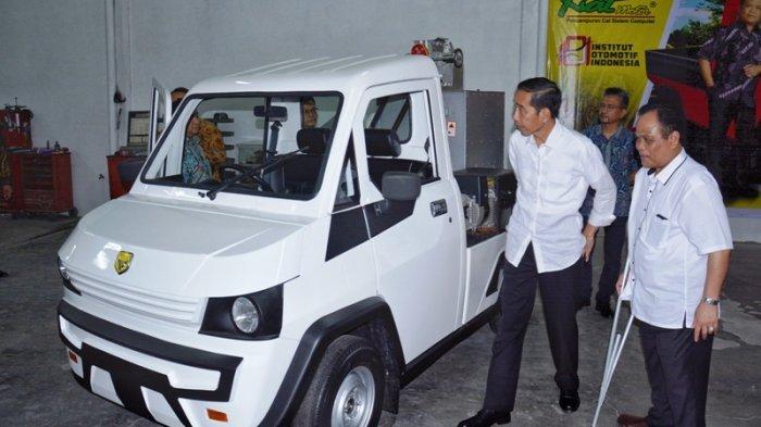 Presiden Jokowi dan Sukiyat saat meninjau produk kendaraan dalam negeri