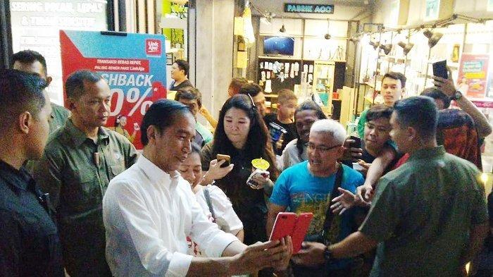 Gibran dan Kaesang Saling Tunjuk Saat Diminta Wawancara oleh Awak Media di Solo Paragon Mall
