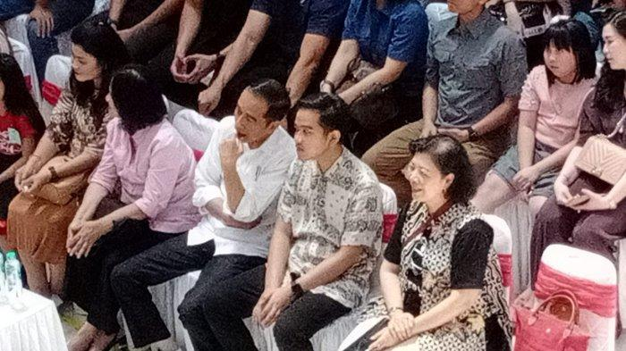 Duduk Berdampingan, Jokowi - Gibran Saksikan Jan Ethes Pentas Electone di Hartono Mall