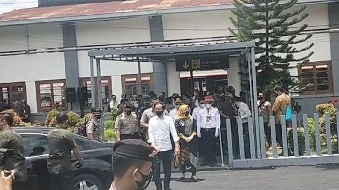 Presiden Jokowi keluar dari Stasiun Klaten dan masuk ke mobil setelah naik KRL Solo-Jogja, Senin (1/3/2021).