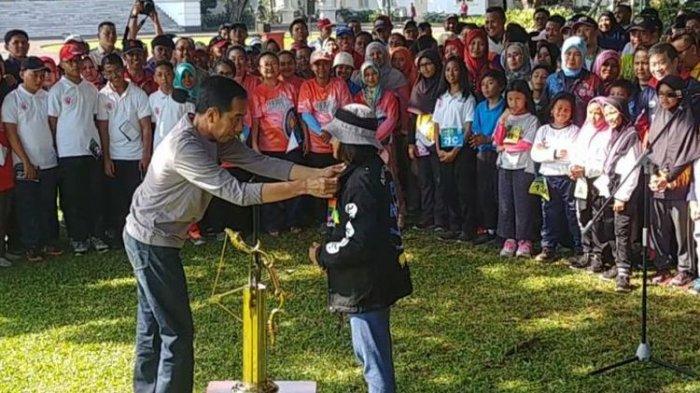 Bertemu Atlet Panahan di Istana Bogor, Jokowi Bagi-bagi Jaket Asian Games 2018