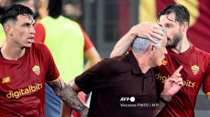 Menang Dramatis atas Sassuolo, AS Roma Kuasai Puncak Serie A, Jose Mourinho Lakukan Selebrasi Ikonik