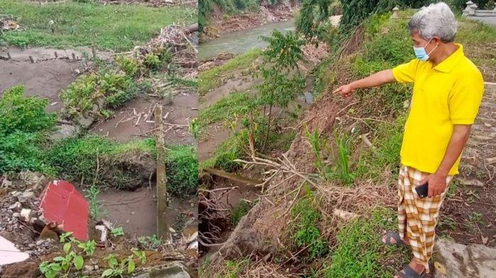 Juru Kunci TPU Dusun Bendungan, Endang Anggoro Bangun menunjukkan puing-puing nisan yang ambrol sehingga jenazah terbawa arus Kali Pepe di Klodran, Kecamatan Colomadu, Senin (22/2/2021).