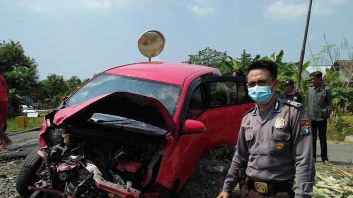 Sebuah Mobil Rusak Parah Dihantam Kereta Api di Sidoarjo, Sopir Selamat Tanpa Terluka