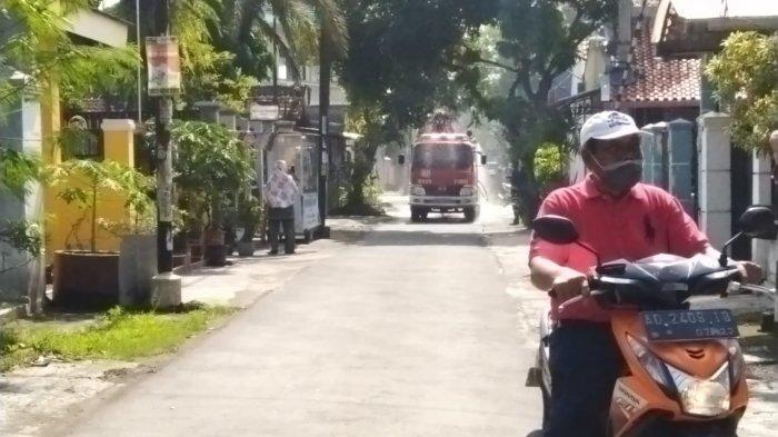 Kades Gumpang Dan Anggota DPRD Sukoharjo Blusukan Sosialisasi Stay At Home
