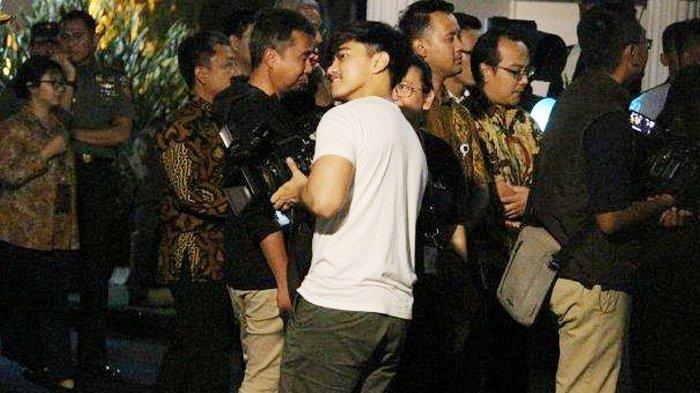 Tak Hanya Tunggu Jokowi, Perempuan Histeris Lihat Kaesang : Mas, Aku Follow Twittermu, Mbok Follback