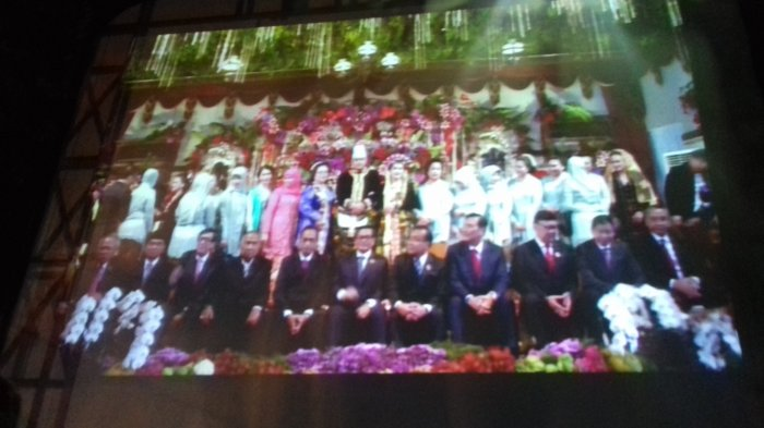 Tak Sungkan, Menteri Kabinet Kerja Duduk di Panggung untuk Berfoto Bersama Kahiyang-Bobby