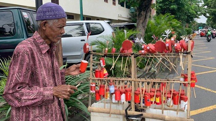 Kakek Wijiono di Jalan RA Kartini kawasan Pura Mangkunegaran, Kecamatan Banjarsari, Kota Solo.