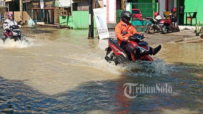 Banjir Terjang Kawasan Jetis Sukoharjo: Dalam Kampung Air Mencapai Pinggang Orang Dewasa