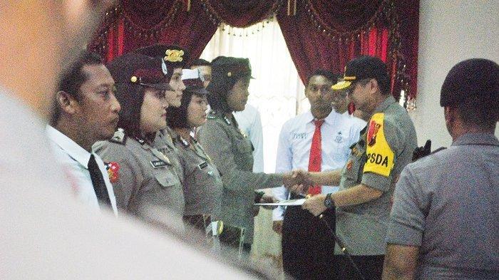 Kapolda Jateng Beri Penghargaan Polwan dari Polresta yang Terluka saat Amankan Demo di DPRD Solo