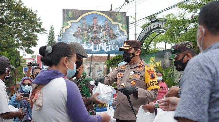 Selain Penyekatan, Polisi Klaten Sosialisasi Larangan Mudik dengan Bagikan Masker ke Pengendara