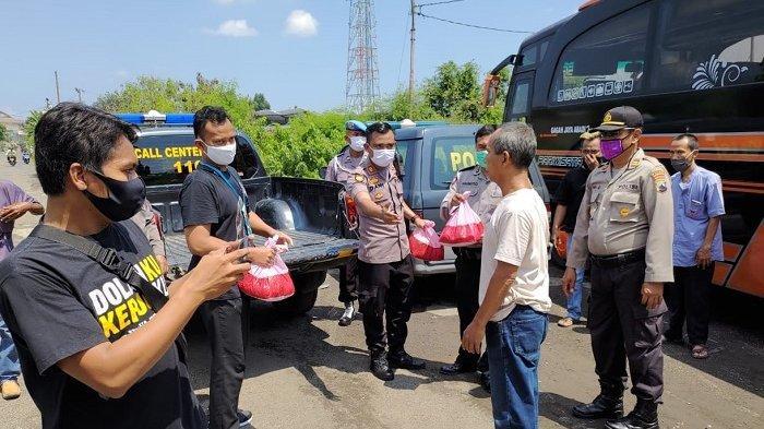 Bubarkan Konvoi, Polres Sukoharjo Berikan 120 Paket Sembako Kepada Sopir dan Kru Bus Pariwisata