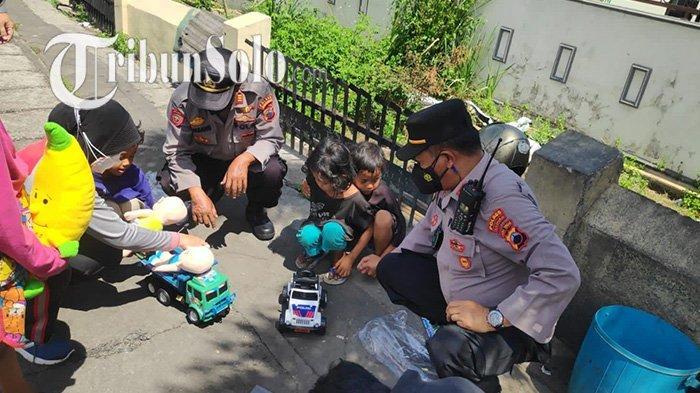 Kapolsek Kartasura AKP Mulyanta saat mendatangi keluarga Cahyo di di depan SMPN 3 Kartasura, tepatnya di Jalan Diponegoro, Kertonatan, Kecamatan Kartasura, Kabupaten Sukoharjo, Rabu (15/9/2021).