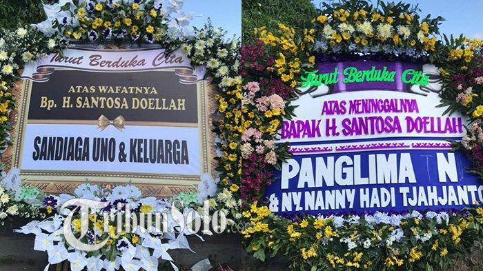Karangan bunga dari para tokoh untuk almarhum Santosa Doellah yang membanjiri rumah duka di Batik Danar Hadi di Jalan Dr Rajiman No 164, Kelurahan Kemlayan, Kecamatan Serengan, Kota Solo, Selasa (3/8/2021).
