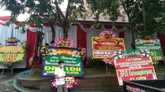 Jelang Pelantikan Bupati dan Wakil Bupati, Karangan Bunga Berjajar Rapi Depan Kantor Pemkab Klaten