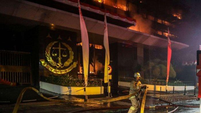 Olah TKP di Gedung Kejaksaan Agung, Kabareskrim Pantau Langsung Susuri Puing-puing Bekas Kebakaran