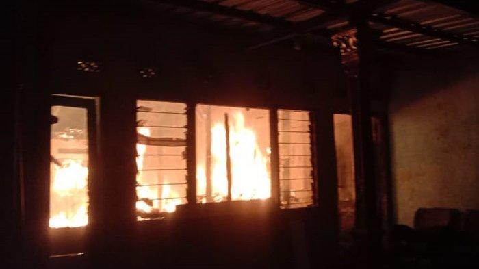 BREAKING NEWS: Dua Rumah di Jaten Karanganyar Terbakar, Damkar Terjun Padamkan Api