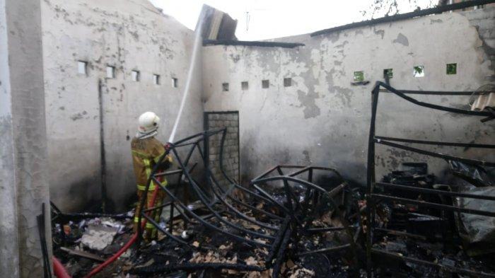 petugas damkar saat memadamkan api di ruko elektronik di Pasar Ngupit, tepatnya di Desa Kahuman, Kecamatan Ngawen, Kabupaten Klaten terbakar, Sabtu (16/1/2021.
