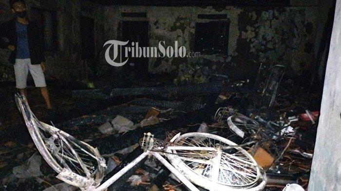 Kebakaran Lahap Dua Rumah Berdempetan di Karanganyar, Satu Ludes dan Satunya Tersisa Separuh