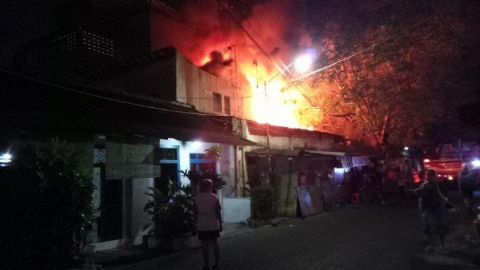 Padamkan Kebakaran Toko Besi di Jl Dr Radjiman Solo, Lima Unit Mobil Damkar Dikerahkan