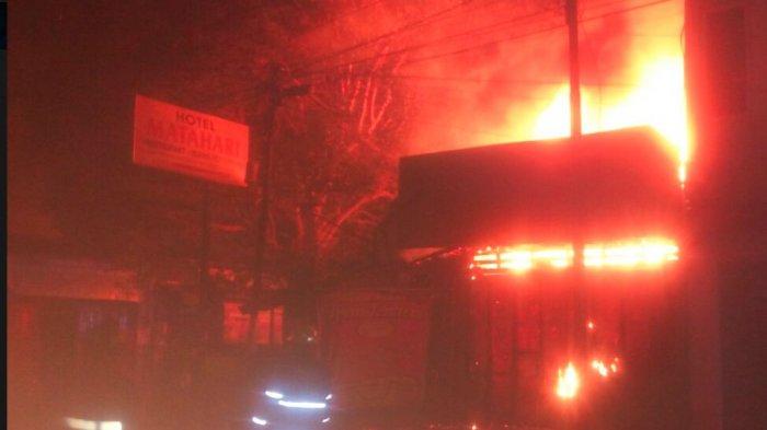Sebuah Toko Besi di Jl Dr Radjiman Solo Terbakar