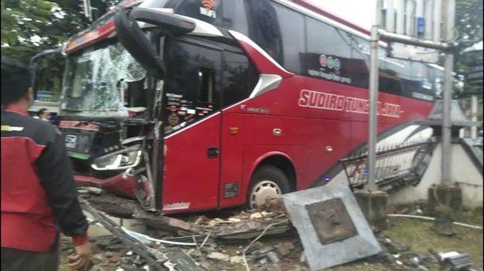 BREAKINGNEWS: Bus Sudiro Tungga Jaya Tabrak Pagar Kantor Kabupaten Sukoharjo, Pagar Sampai Jebol