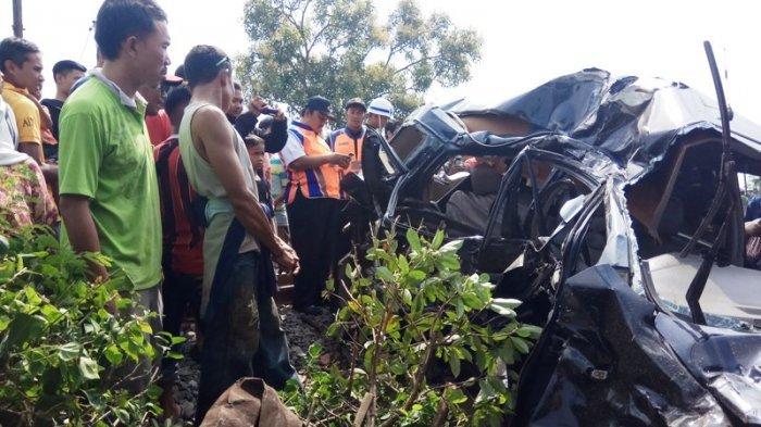 Mobil Berisi Satu Keluarga Ditabrak KA Kamandaka di Tegal, Dua Penumpang Tewas