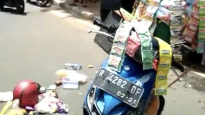 Mobil Tabrak Pedagang Kopi Keliling di depan Gedung Kemenkes RI, Barang Dagangan Berserakan di Jalan