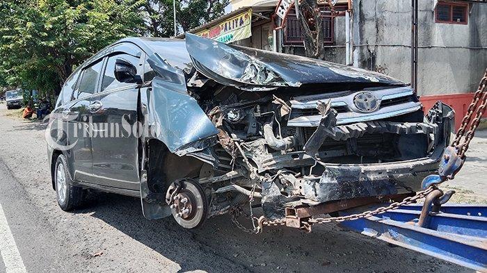 Petaka di Jalan Solo-Ngawi Sragen, Mobil Ringsek Tabrak Tiang Listrik, Sopir Ngaku Mau Liburan