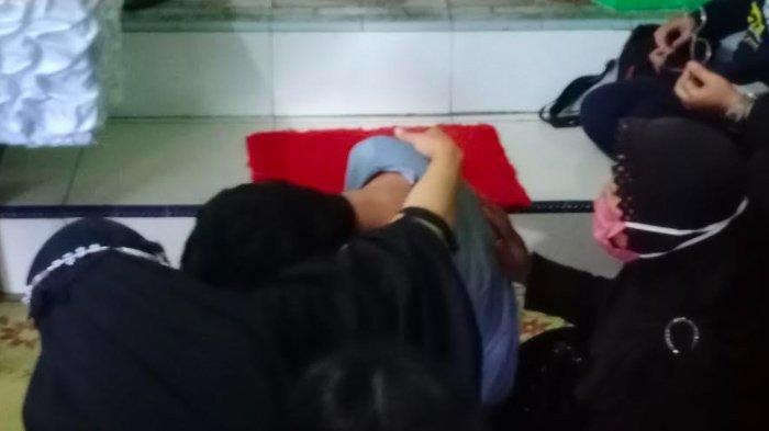 Keluarga almarhum Bripka Slamet Mulyono histeris saat jenazah tiba di rumah duka, Senin (14/12/2020).