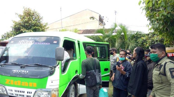 Sejumlah Pejabat Utusan Bupati Grobogan Jemput Keluarga yang Tidur di Becak karena Imbas Corona Solo