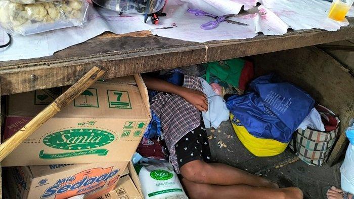 Potret 8 Anak Cahyo Tidur Beralasakan Tikar di Kolong Meja HIK, Tak Bisa Bebas, Luas Hanya Dua Meter