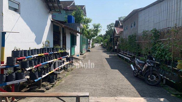 Potret karantina wilayah sehingga kampung menjadi sepi di kawasan wilayah di RT 06 RW 07 Kelurahan Sumber, Kecamatan Banjarsari, Kota Solo, Minggu (16/5/2021).