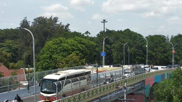 Kepadatan terjadi di simpang empat Jl Moewardi Kottabarat saat uji coba Flyover Manahan, Rabu (19/12/2018) siang.