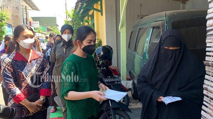 Selvi Ananda Blusukan saat Hari Kartini di Solo, Bagikan Langsung Masker ke Rumah Warga