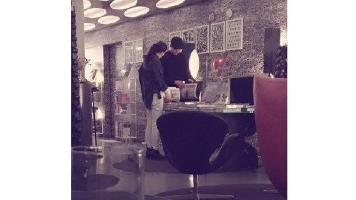 Kim Woo Bin dan Shin Min Ah terlihat jalan bersama.