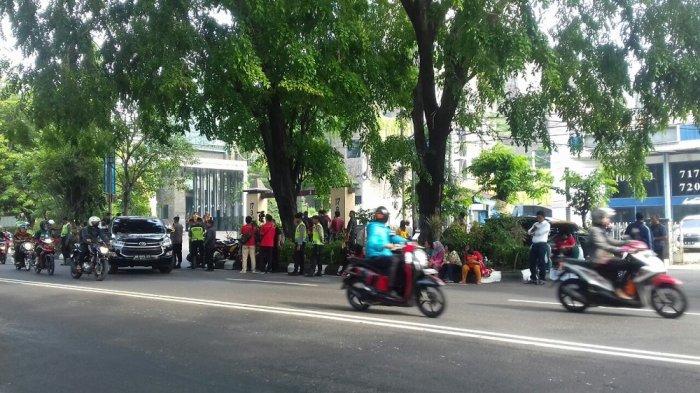 Ratusan Warga Sekitar Hotel Alilia Solo Antusias Nantikan Kirab Bobby Nasution