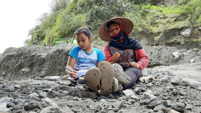 Kisah Anak Penambang Pasir Merapi, Tiap Hari Belajar Online Beralaskan Batu,Bercita-cita Jadi Dokter