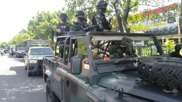 Pasukan elite Komando Pasukan Khusus (Kopassus) naik jip tempur saat keliling patroli di Kota Solo, Jumat (2/4/2021).