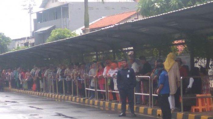 Para Lansia Berbondong-bondong ke Kantor Pusat Transjakarta Gara-gara Informasi Hoaks