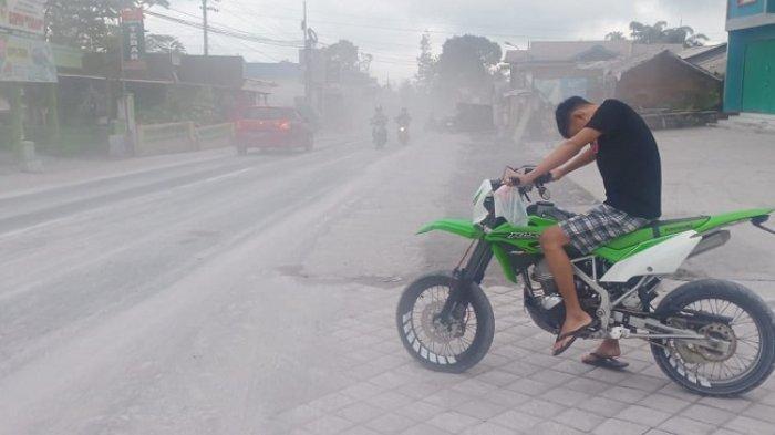 Imbas Merapi Bergemuruh, Stabelan Boyolali Diguyur Hujan Abu Vulkanik, Tapi Warga Tidak Mengungsi