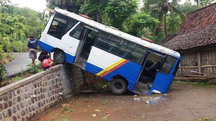 Tak Kuat Nanjak, Bus Pengangkut Rombongan Pengantin Terperosok di Sragen, Hari Ini Bus Dievakuasi