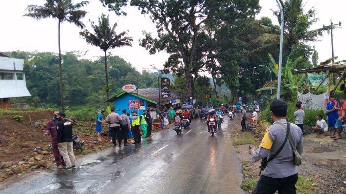 Sejumlah relawan dari warga bekerjasama dengan kepolisian untuk membersihkan jalan serta mengatur lalu lintas di Jalan Ngargoyoso-Karangpandan pada Sabtu (21/11/2020)