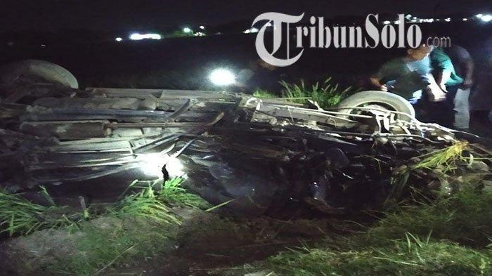 Inilah Mobil yang Tertabrak KA Gajayana di Sragen : Remuk Tak Berbentuk, Roda Sampai Berada di Atas